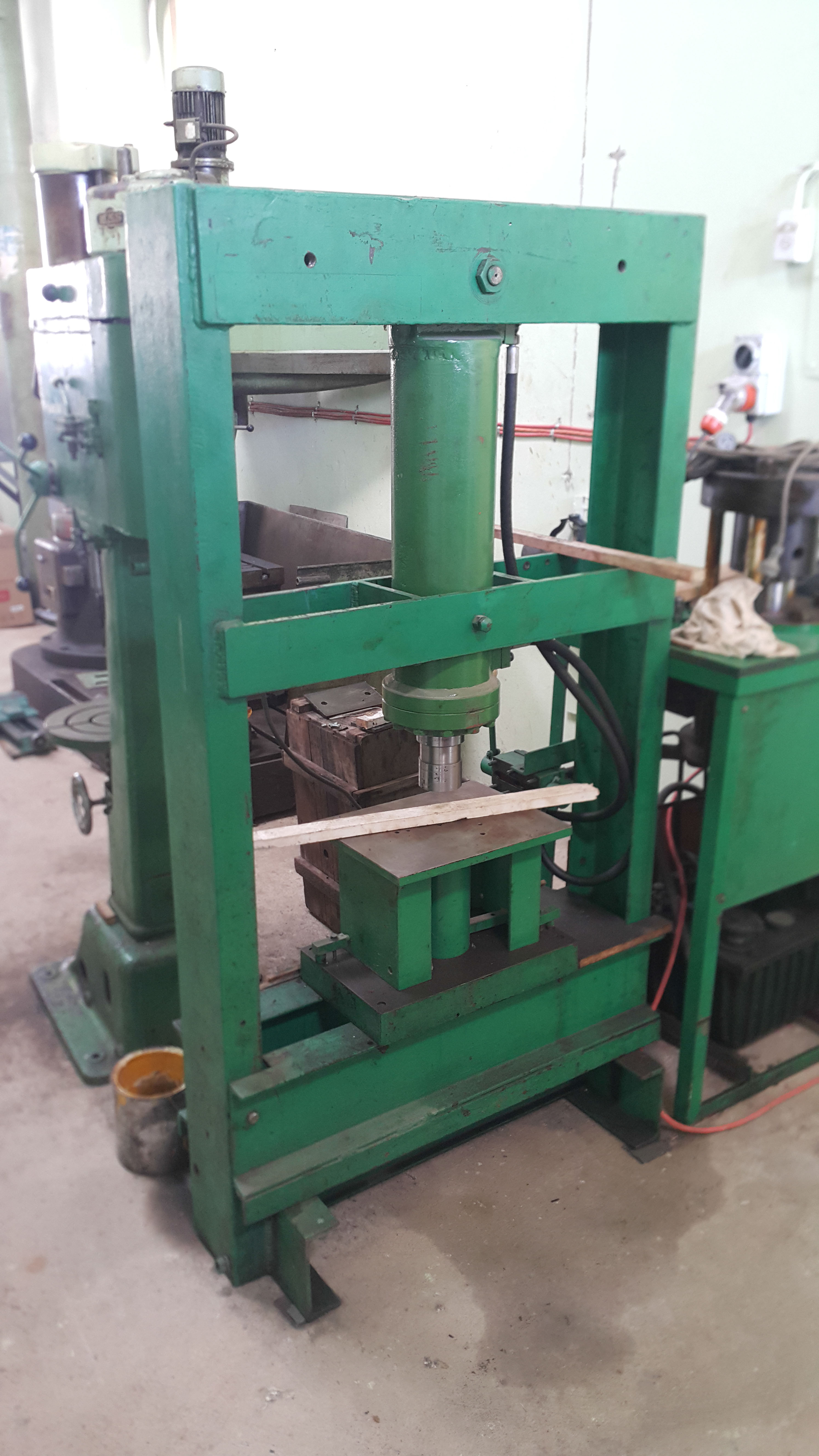 09 Hydraulic press and hose clamping machine